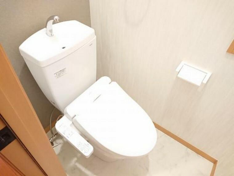 トイレ 【リフォーム後】トイレはTOTO製の温水洗浄機能付きに新品交換しました。表面は凹凸がないため汚れが付きにくく、継ぎ目のない形状でお手入れが簡単です。節水機能付きなのでお財布にも優しいですね。