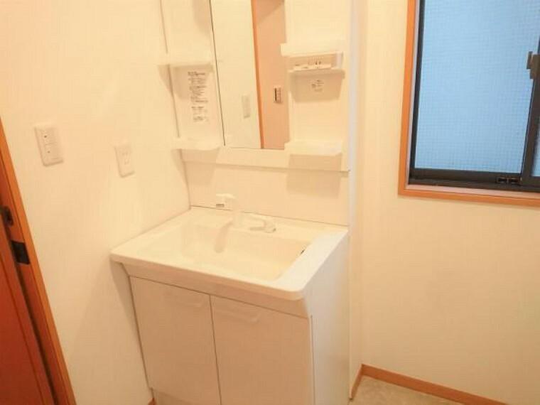 洗面化粧台 【リフォーム後】新品交換した洗面化粧台の水栓は、お湯と水をきちんと使い分けられるエコな仕様です。お湯のムダづかいを防ぐので、ガス代も節約。家計に優しい設計です。