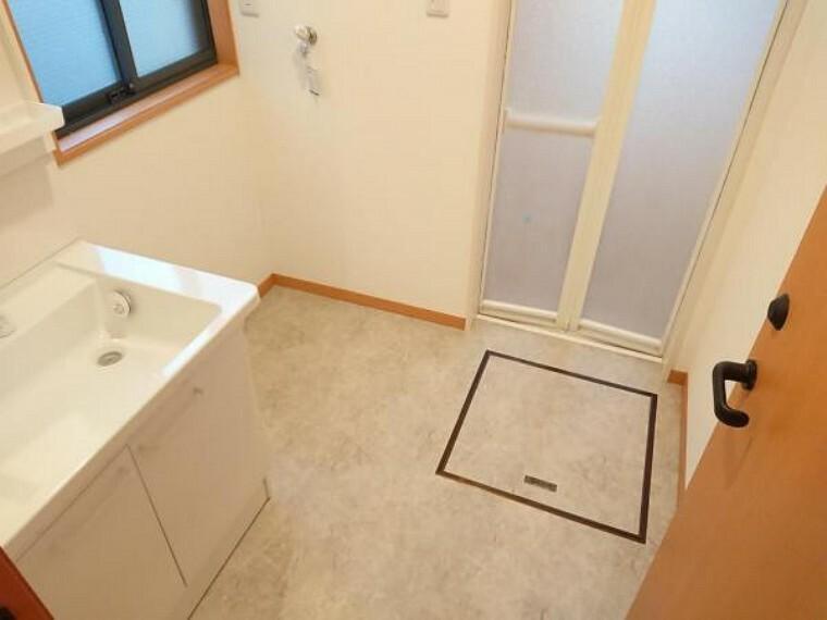 【リフォーム後】洗面所は壁と天井のクロスを張り替え、床はクッションフロアに張替えました。水に強いクッションフロアは、万が一水が飛び散ってもサッと拭き取れるのでお掃除楽々です。