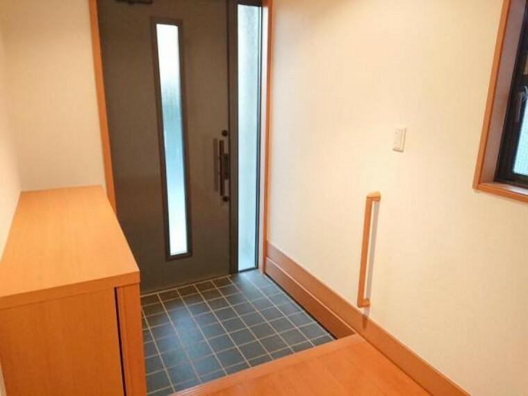 【リフォーム後】玄関ホールは壁と天井のクロスの張替えました。玄関扉にはスリッドが入っており、自然光が差し込んできます。