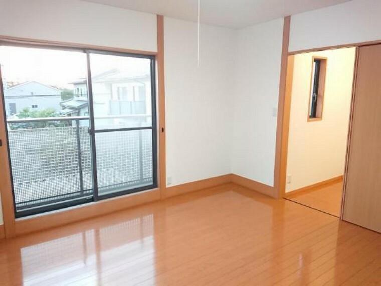 【リフォーム後】2階の西側の洋室は壁と天井のクロスを張り替え、床はクリーニングを行いました。こちらのお部屋からはベランダに出られます。ちょっと外の空気を吸いたい時などに良いですよね。