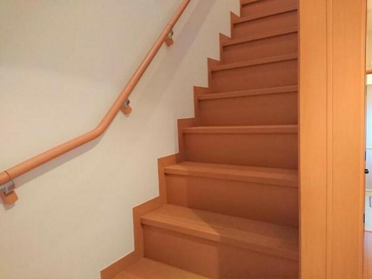 【リフォーム後】階段は壁と天井のクロスを張り替え、クリーニングを行いました。手すりが付いているので、小さなお子様からお年寄りの方まで安心して上り下りしていただけます。