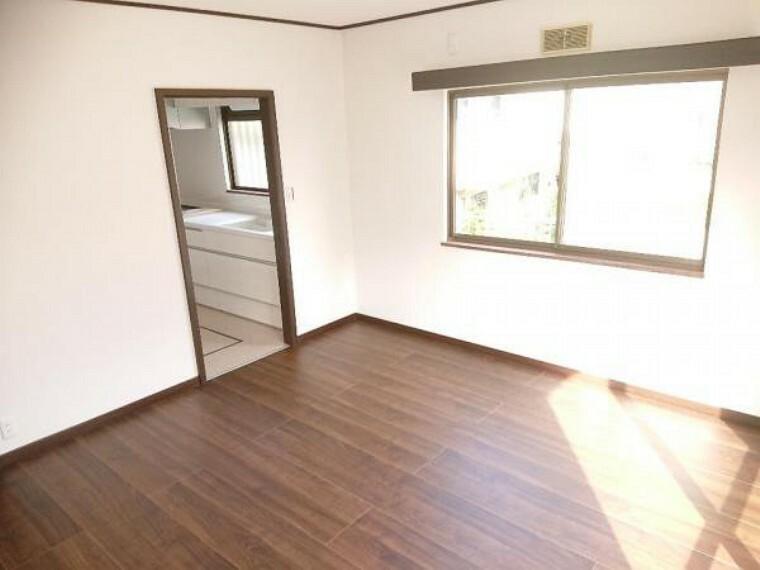 居間・リビング 【リフォーム済】1階キッチン横にある8帖のリビングです。床は落ち着いた色のフローリングに張り替えました。窓からの陽光が心地よいので、家族団欒にぴったりの空間です。