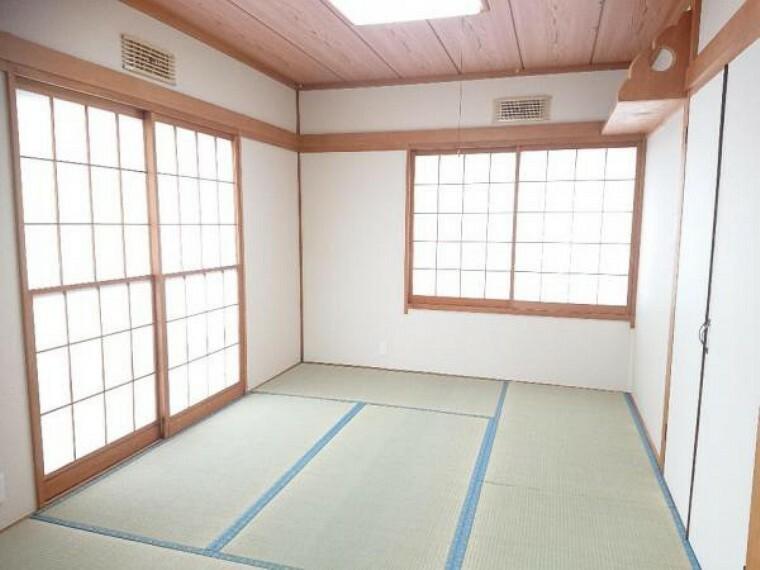 和室 【リフォーム済】1階玄関脇にある6畳の和室です。畳は表替えし、ふすまを張り替えました。来客時は玄関側からすぐお通しできるので、客間としてもお使いいただけます。