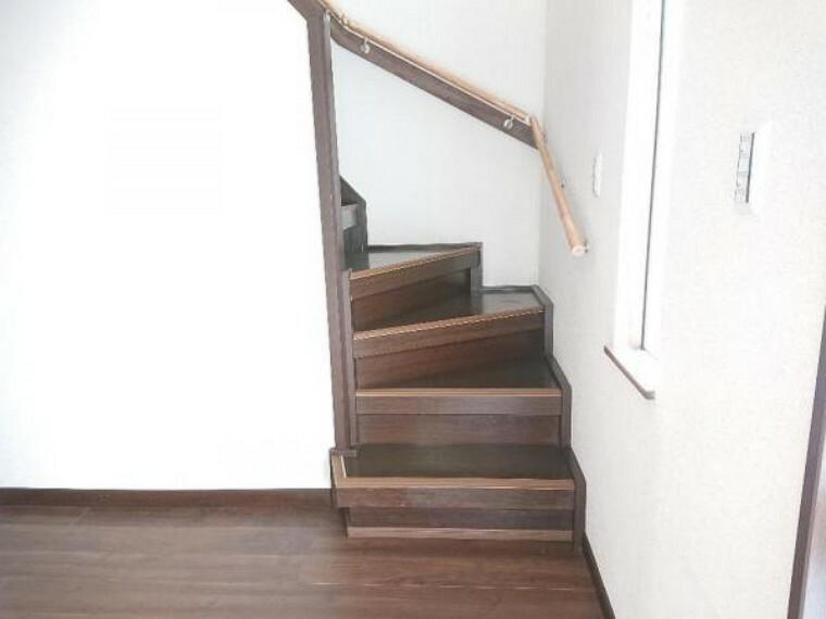 【リフォーム済】2階に続く階段です。お子様やご高齢の方に配慮して、新品の手すりを設置しました。小さなお子さんや、お年を召した方でも安心して上り下り出来ます。