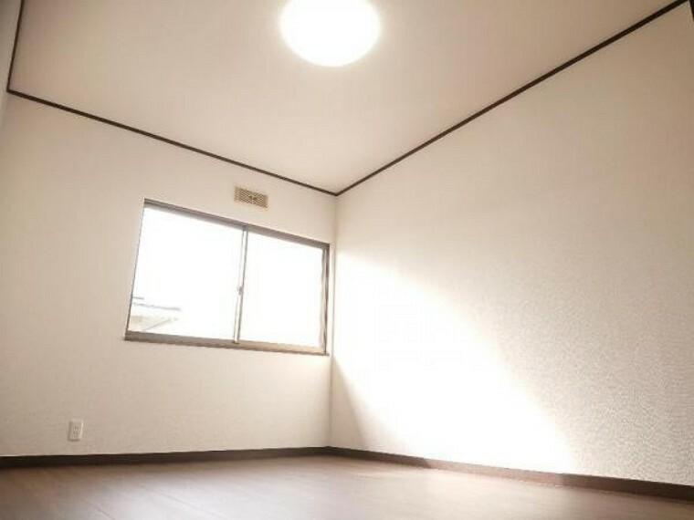 洋室 【リフォーム済】2階の北側の6帖洋室はフローリング張りを施し壁天井はクロス貼替えしオシャレなお部屋に仕上がりました。