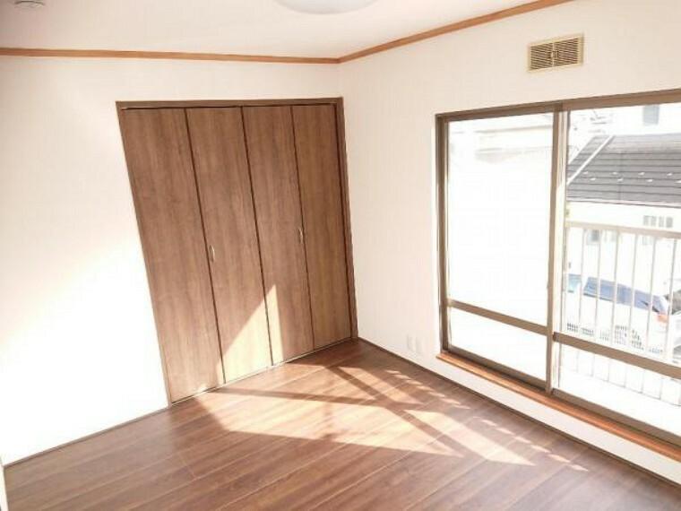 洋室  【リフォーム済】2階の南側の6帖洋室は床のフローリングを張り替えました。フローリングと同じ木目調のクローゼットを新設し、明るく統一感のあるオシャレなお部屋に仕上がりました。