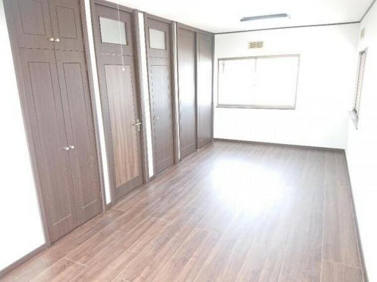 洋室 【リフォーム済】2階の東側の10.5帖の洋室は床をフローリング上張り、壁天井はクロスがり替えを施し明るいお部屋に仕上がりました。