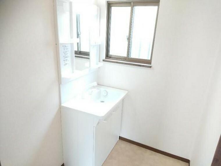 脱衣場 【リフォーム済】TOTO製の洗面化粧台に新品交換しました。シャワーホースが伸び縮みするので、朝シャンもラクラクできます。洗面台のお掃除もしやすいです。