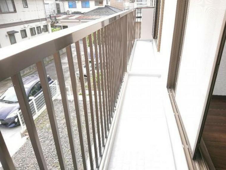 バルコニー 【リフォーム済】2階の南面の部屋からは、ベランダに出ることができます。ベランダは床を防水塗装、手すりを塗装しました。南向きなので洗濯物干しに重宝しますね。