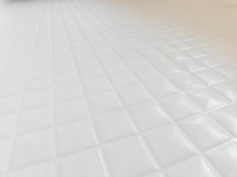 【リフォーム済】新品のユニットバスの床は規則正しいパターンの加工がされていて滑りにくくなっています。また、水はけがよく乾きやすいので、翌朝にはカラッと乾きます。