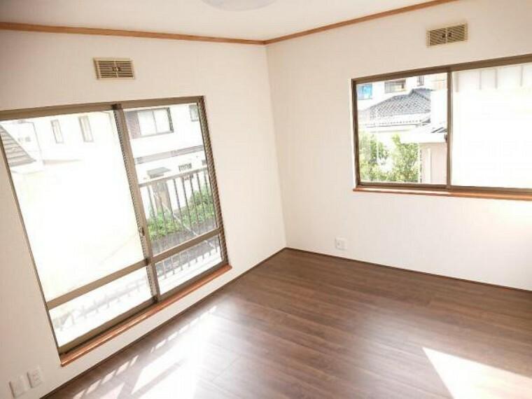 【リフォーム済】2階の南西側の洋室別角度写真です。掃き出し窓からベランダに出れて、お洗濯物やお布団干しに便利です。