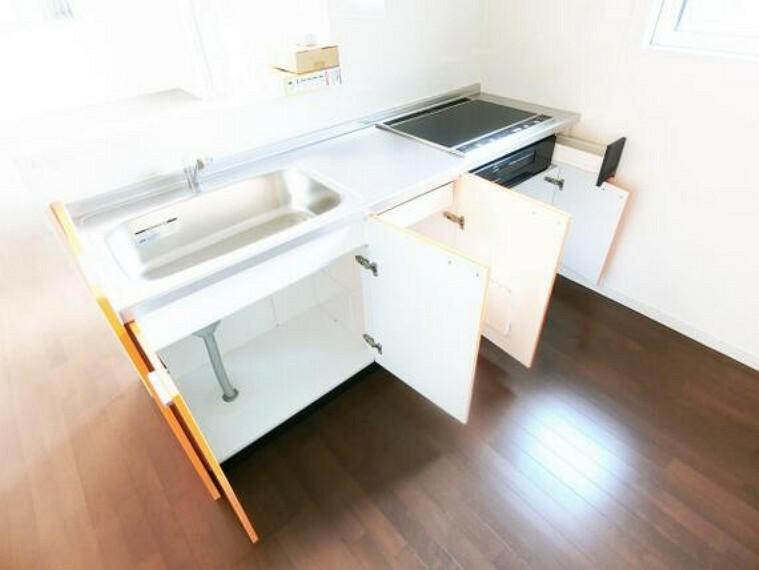 キッチン キッチンには収納が豊富で調理器具やお鍋もスッキリ片付きますね。
