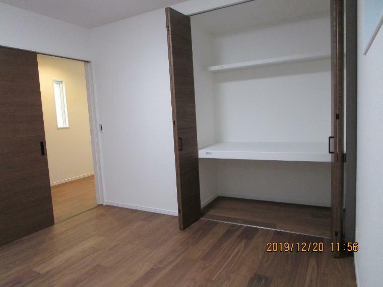 洋室 寝室には大容量な収納もありいつも広く使用できます。