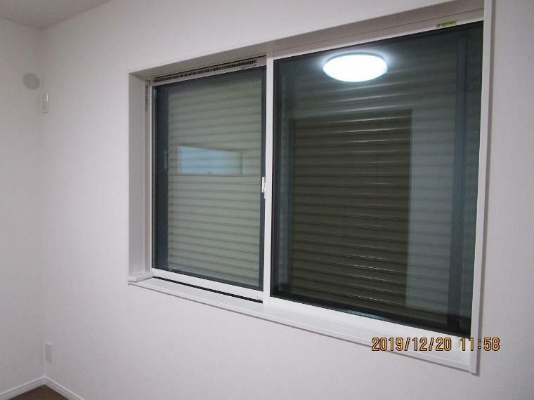 防犯設備 寝室には防犯の為電動シャッターがついております。 お目が降っている時に開けて占める必要がありません!