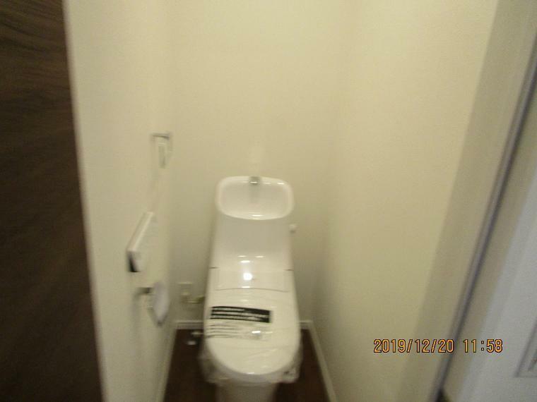 トイレ 節水タイプで環境にもやさしい。窓があるので、換気も出来ます。清潔感のあるトイレです。