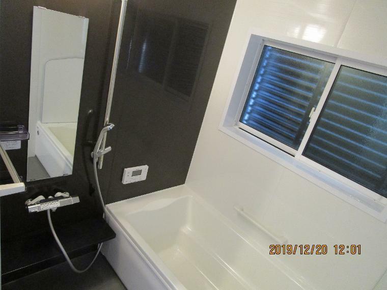 浴室 足をゆったり伸ばして寛げる浴槽です。目隠しフェンスがついているので、外部からの視線も気にならない設計です。