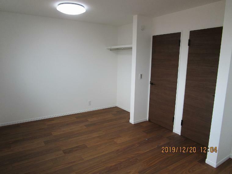 子供部屋 子供部屋はいつでも明るい空間がいいですよね。風通しも良く、快適なお部屋では頭もさえてお勉強も頑張れます。間仕切りで2部屋にすることもできます。