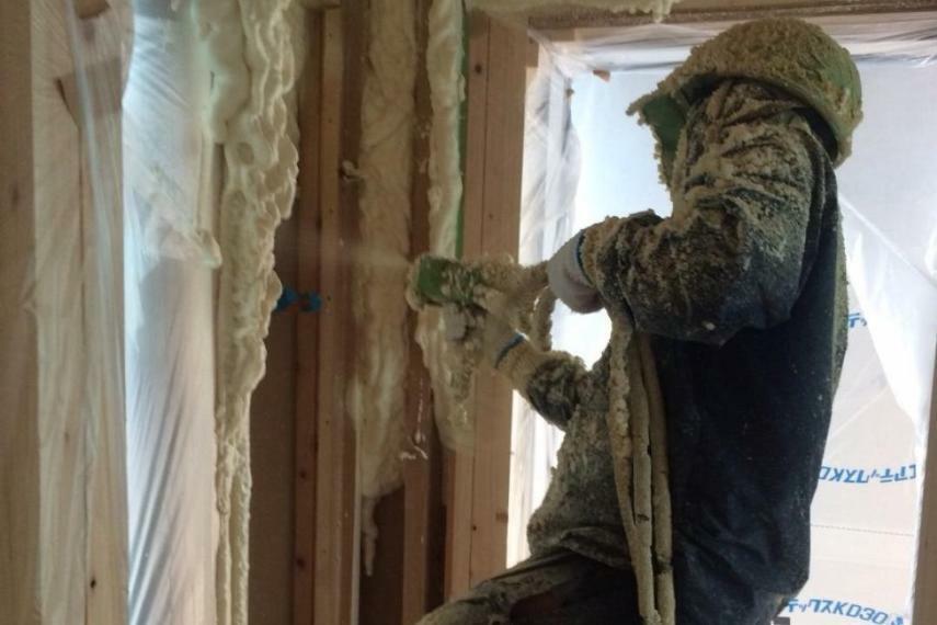 冷暖房・空調設備 現場発泡ウレタンフォーム断熱材「フォームライトSL」 断熱材<標準仕様で省エネ等級4の断熱仕様> 現場吹き付け発泡でお家の隅から隅まで家全体をすっぽり覆ってしまう現場吹き付けによる断熱材です。グラスウール10kgの約1.5倍の断熱性を実現します。