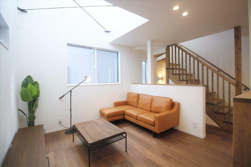 リビングダイニング 木目調の柄で仕上げ、暖かく柔らかな雰囲気に仕上げたLDK。吹き抜けからの採光で光あふれる空間を演出。リビングイン階段で家族の触れ合いが生まれる設計です。