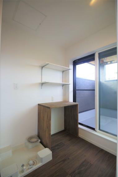 ランドリースペース 洗濯物を畳んだり、アイロンをかけるカウンターも備え付けです。