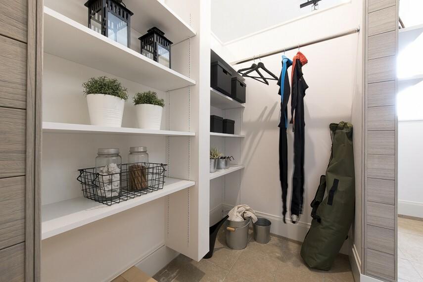 【土間収納】  ベビーカーはもちろん、スポーツ用品やアウトドアの収納に便利な土間収納。(施工例/イメージ)