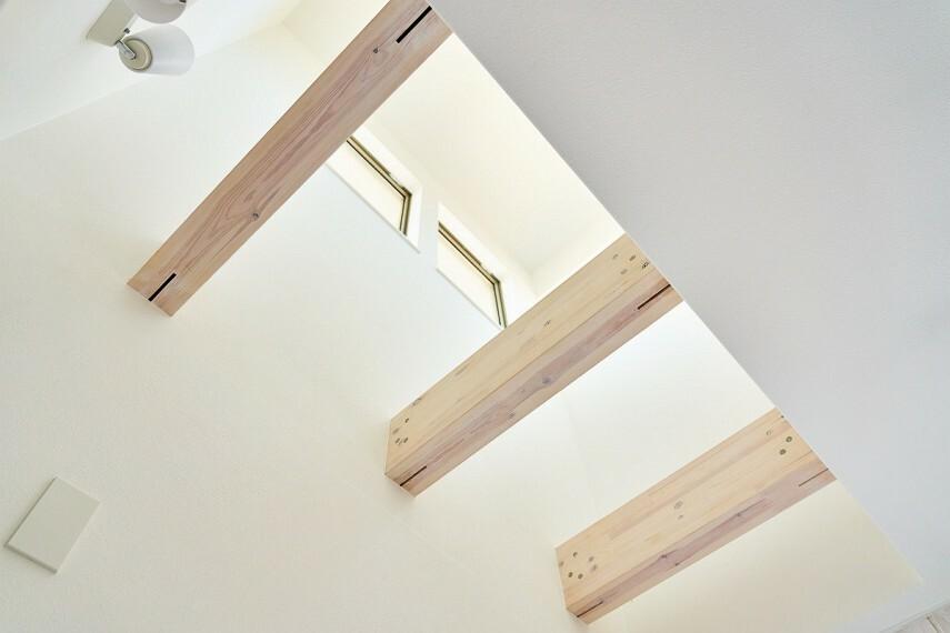 居間・リビング 【吹抜け】  階段部分は天井吹き抜けになっており、2階からの光が差し込みます。(施工例/イメージ)