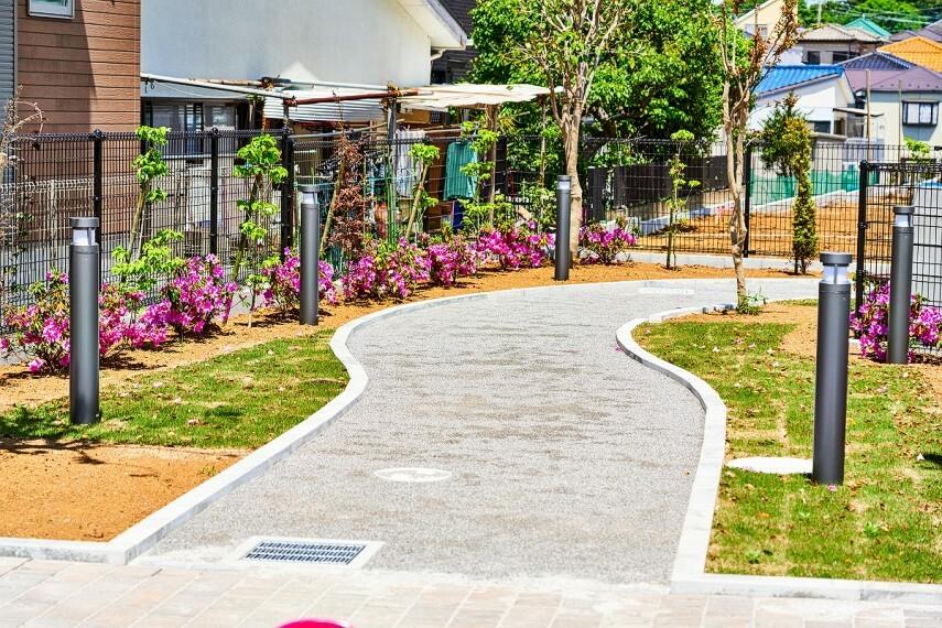現況外観写真 【分譲地内公園】  街に緑の心地よさを取り込む街区内公園。見通しの良い場所なので安全性も高く憩いの場として活用できます。(※2020年5月撮影)