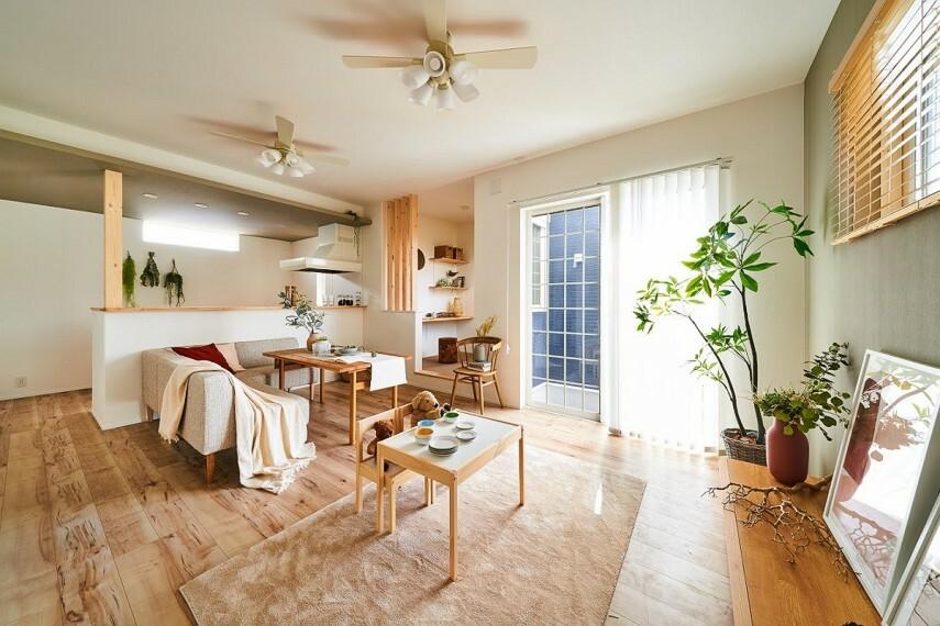 現況外観写真 【モデルハウス「離れマルチルーム」】  柔らかいテキスタイルフロアを採用した『離れマルチルーム』プラン。キッチンはリビング・ダイニングを見渡せるハイオープンタイプを採用。(32号棟※2020年9月撮影)