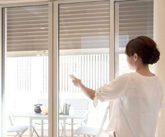 【リモコン付き電動シャッター】  リモコンで楽々開閉できます。 家の中で操作できるので急な雨風にも対応可能です。 途中で停止させることもでき、音も静かで快適です。(施工例/イメージ)