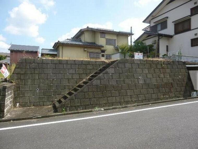 現況写真 前面道路より高く位置しておりますので、プライバシーもより守られますね。