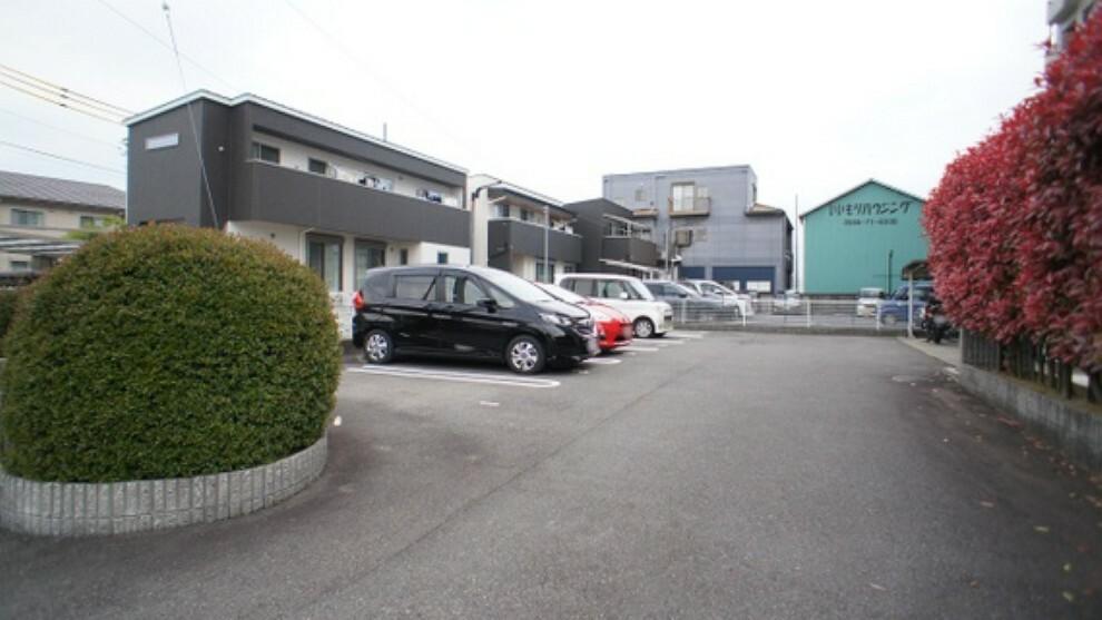 駐車場 出入りのしやすい平面駐車場。