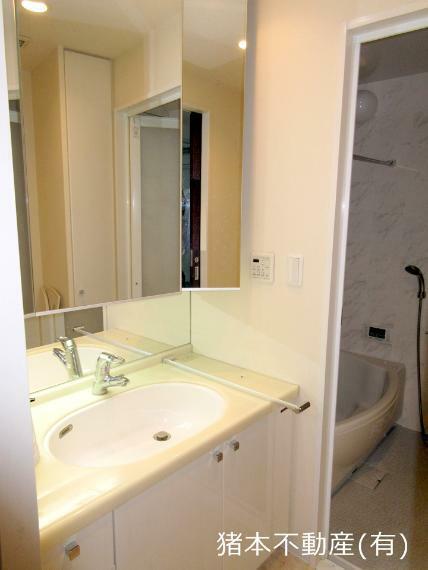洗面化粧台 3面鏡付き、ゆったりした洗面スペース