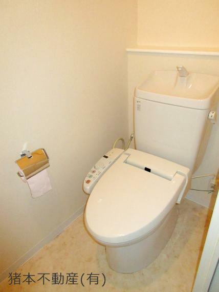 トイレ 温水洗浄便座、上部に収納棚あり