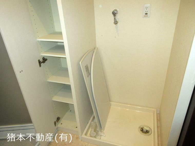 脱衣場 脱衣場に洗濯機スペース、収納棚あり
