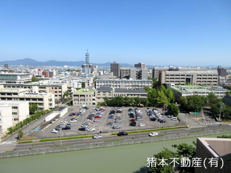 眺望 玄関側(北側)の眺望、徳島大学から吉野川河口まで一望できます