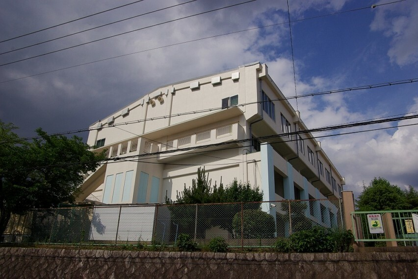 小学校 【小学校】川西市立緑台小学校まで718m