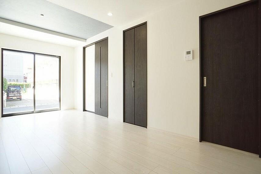 居間・リビング ~living room~  大きな窓からたっぷりの陽射しが射し込む