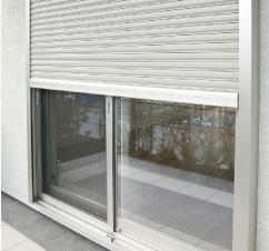 防犯設備 電動シャッター雨戸を採用(1階のみ)。楽に開け閉めでき、風雨に強く台風時も安心です。