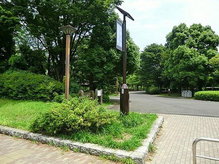 公園 南地区に広がる広大な芝生の広がる「ふれあい広場」は、家族連れのピクニックや憩いの広場として、また小グループによる軽いスポーツや、語らいの場として多目的に利用できる。