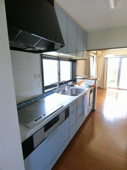 キッチン 広々としたキッチンであり、IHクッキングヒーターを搭載しています。 また窓もあるため、換気は常にできます。