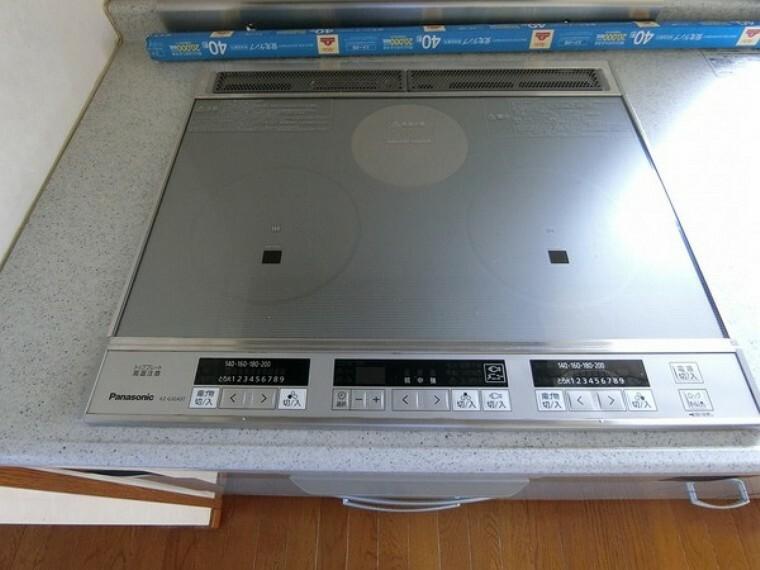 キッチン IHクッキングヒーターが3つ装備されています。 簡単なボタンで火力調整ができるのも魅力です。