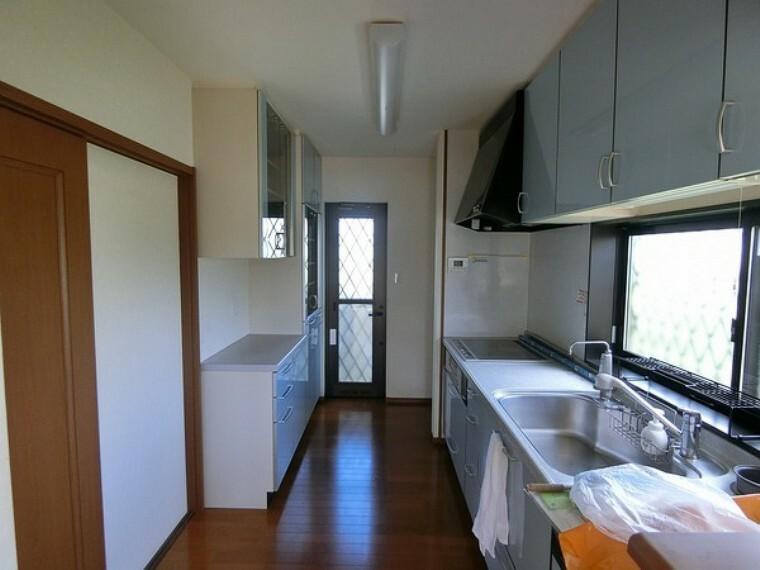 キッチン 前に大きなキッチンの後ろにも収納力に長けた棚があります。