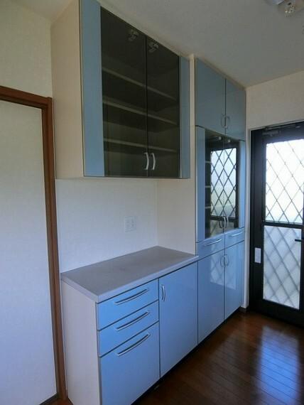 収納 外から中が見える棚があるため、一目で何を置いてあるかが分かります。 また、青をベースとした棚なので、キッチンに色味を添えます。