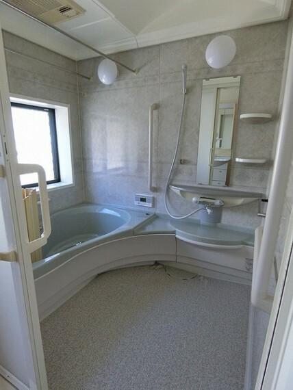 浴室 窓がついており、広々とした浴室。手すりがついており、浴室で洋服を乾燥させることも可能。 浴室で使うものを置いておける棚が2つ設備されています。