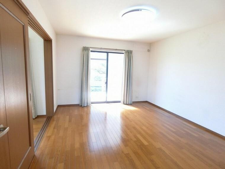 居間・リビング 広めかつ、明るい日光が入るこの部屋ですが、ドアをスライドすると隣の部屋に繋がるのでお部屋をさらに使うことも可能です。