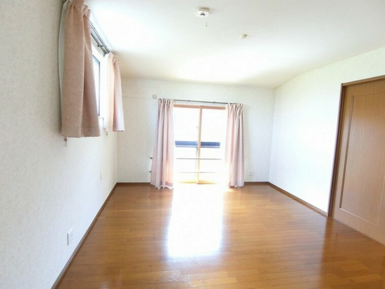 洋室 窓が二つあるので、日光がかなり入り明るい部屋となっています。