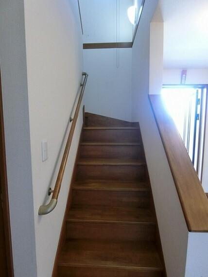 外観・現況 手すりがついているため、ご高齢の方でも安心して階段を上ることができます。