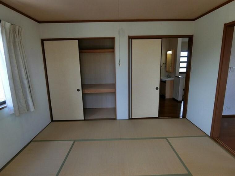 和室 和室があり、押入れが完備されているため収納力に長けています。 客室として使用することも可能です。窓もあるため日光が入ります。そのため畳のカビを発生を減らすことができます。