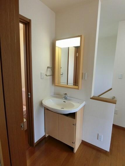 トイレのすぐ隣にお手洗いカウンターがあります。 鏡もついており、軽めの身だしなみをチェックや、お手洗いの後手を洗うことも可能ですので手を清潔にすることができます。